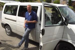 Ralf Bentfeldt und der von ihm zur Verfügung gestellte Bus